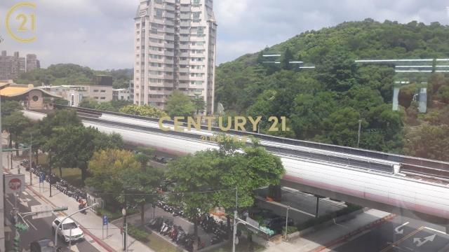 捷運站旁景觀